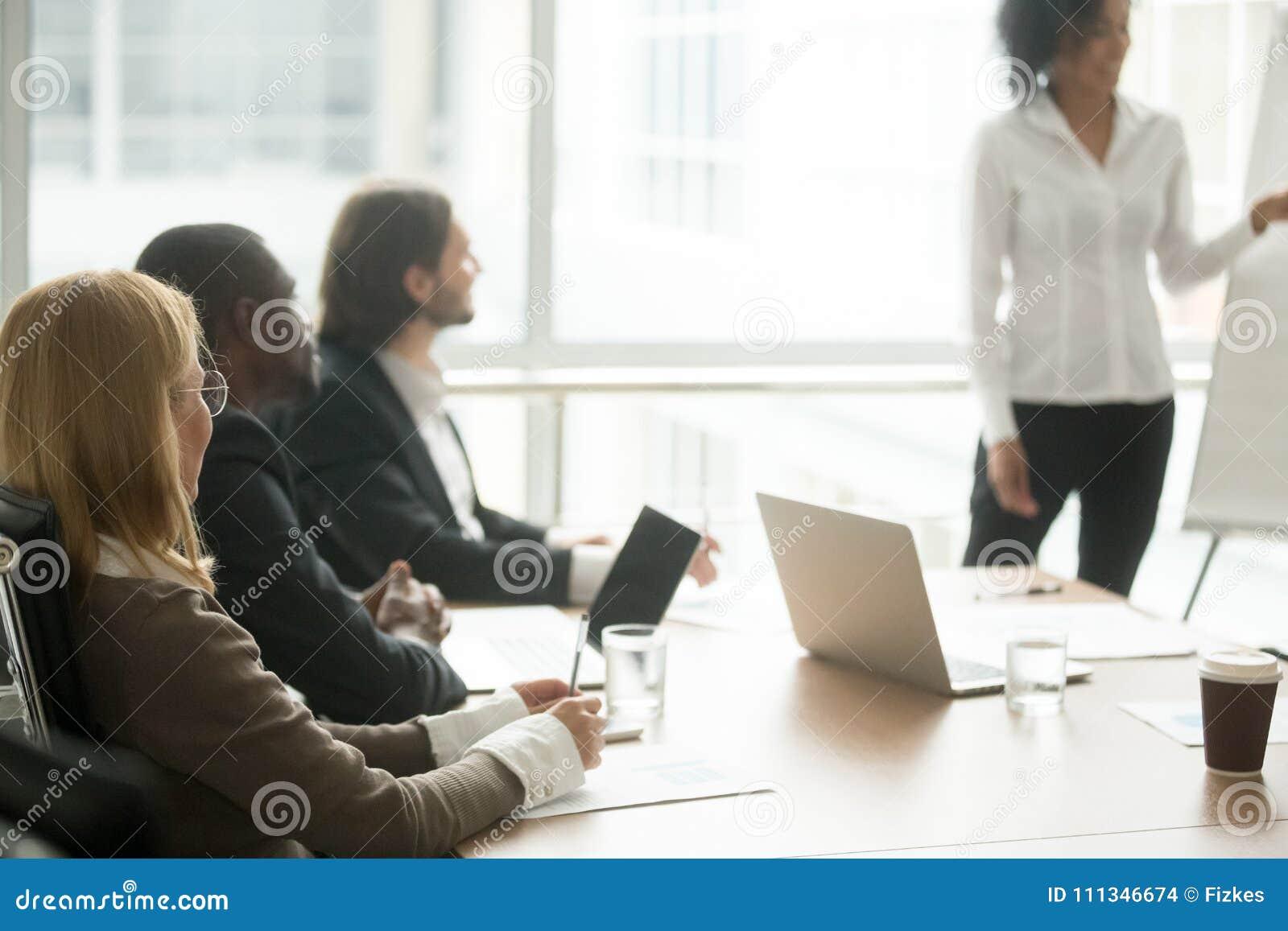 Empresarios multirraciales que asisten al entrenamiento del grupo de sociedades o