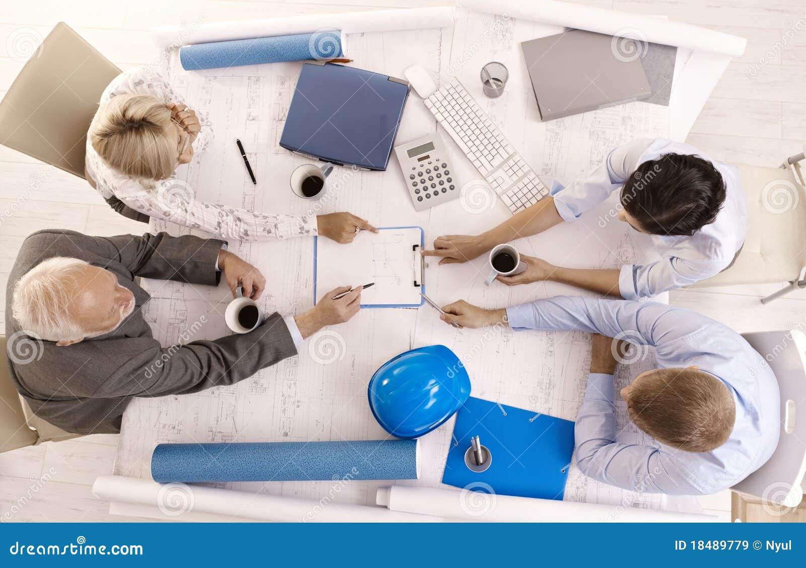 Empresarios que discuten el trabajo en oficina im genes de for Que es trabajo de oficina