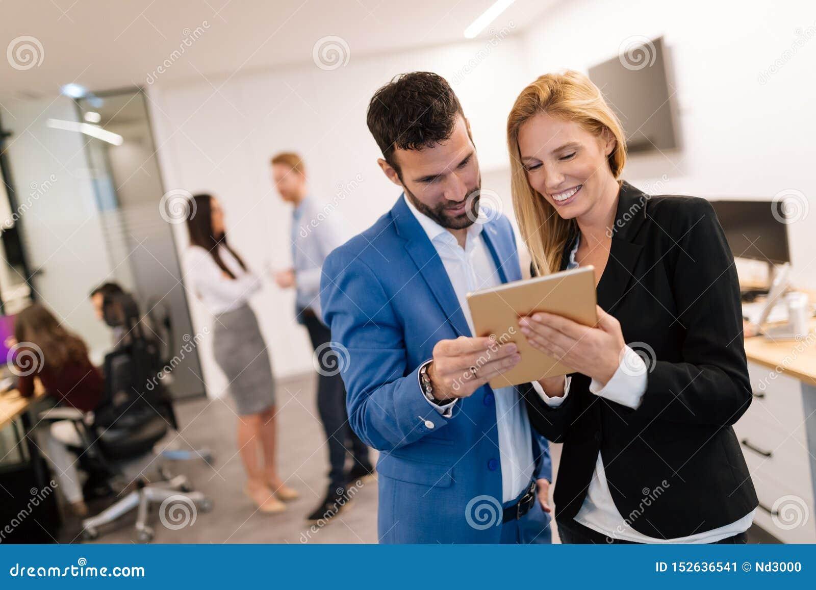 Empresarios que discuten mientras que usa la tableta digital en oficina