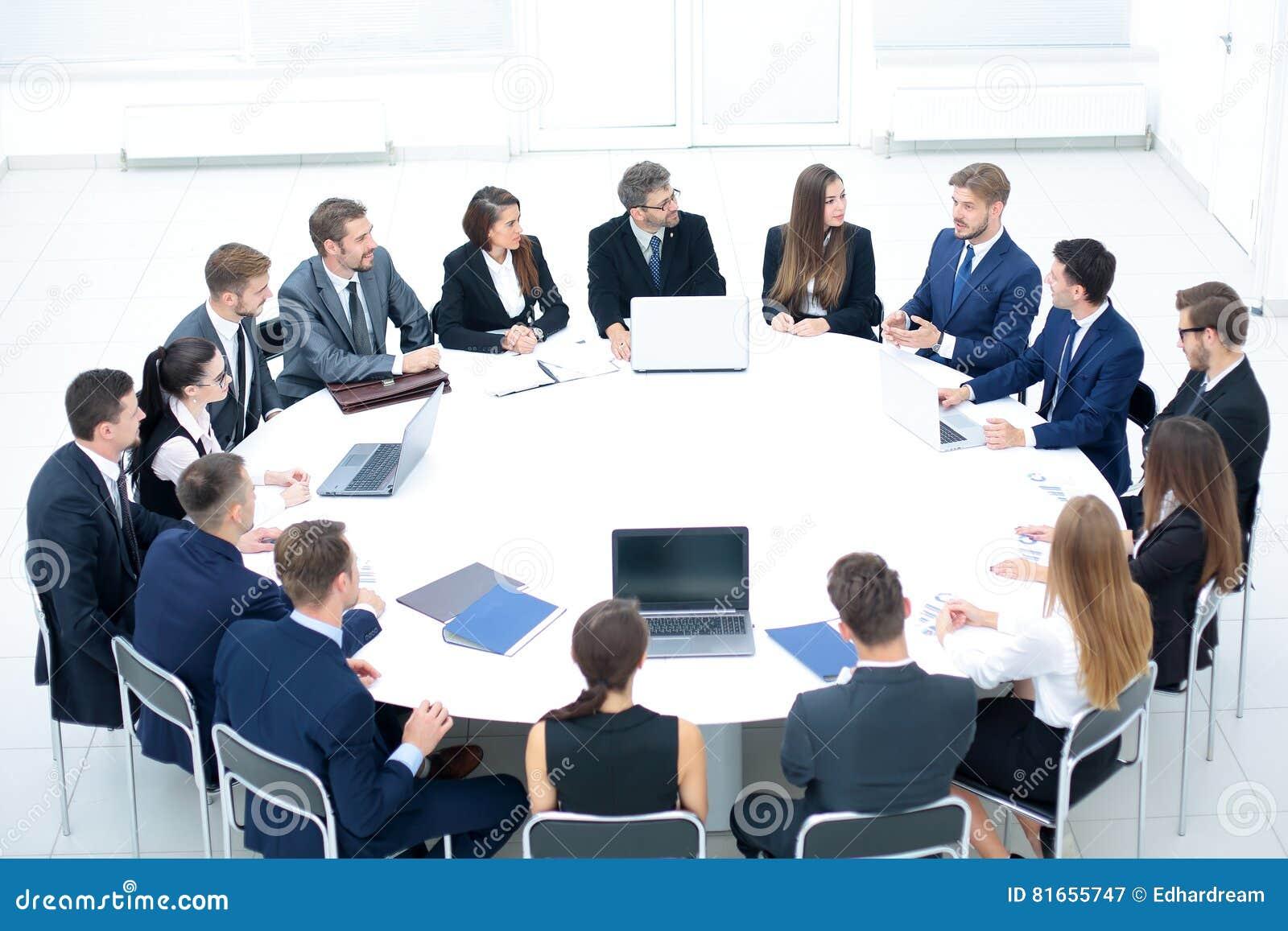 Empresarios que se sientan en la mesa redonda de la conferencia en la reuni n imagen de archivo - Que es mesa redonda ...