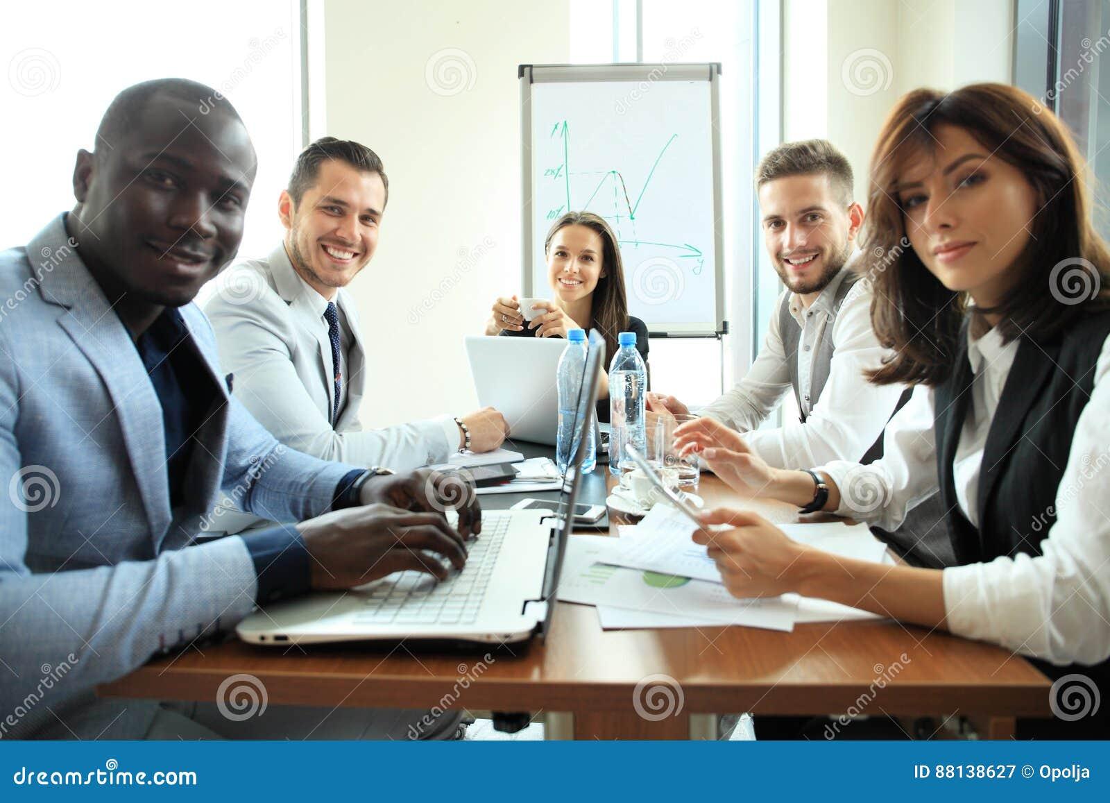 Empresarios y hombres de negocios de la conferencia en sala de reunión moderna
