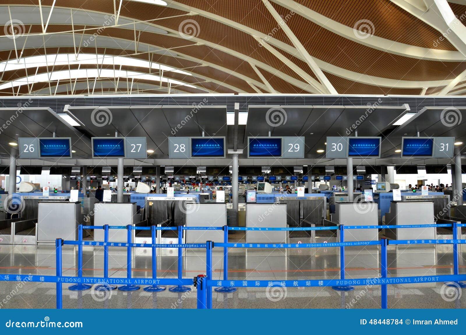 Aeroporto Xangai : Empty check in counters at shanghai pudong international