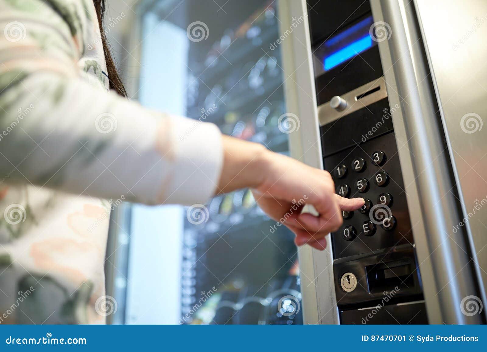 Empujar el botón manualmente en el teclado de la máquina expendedora