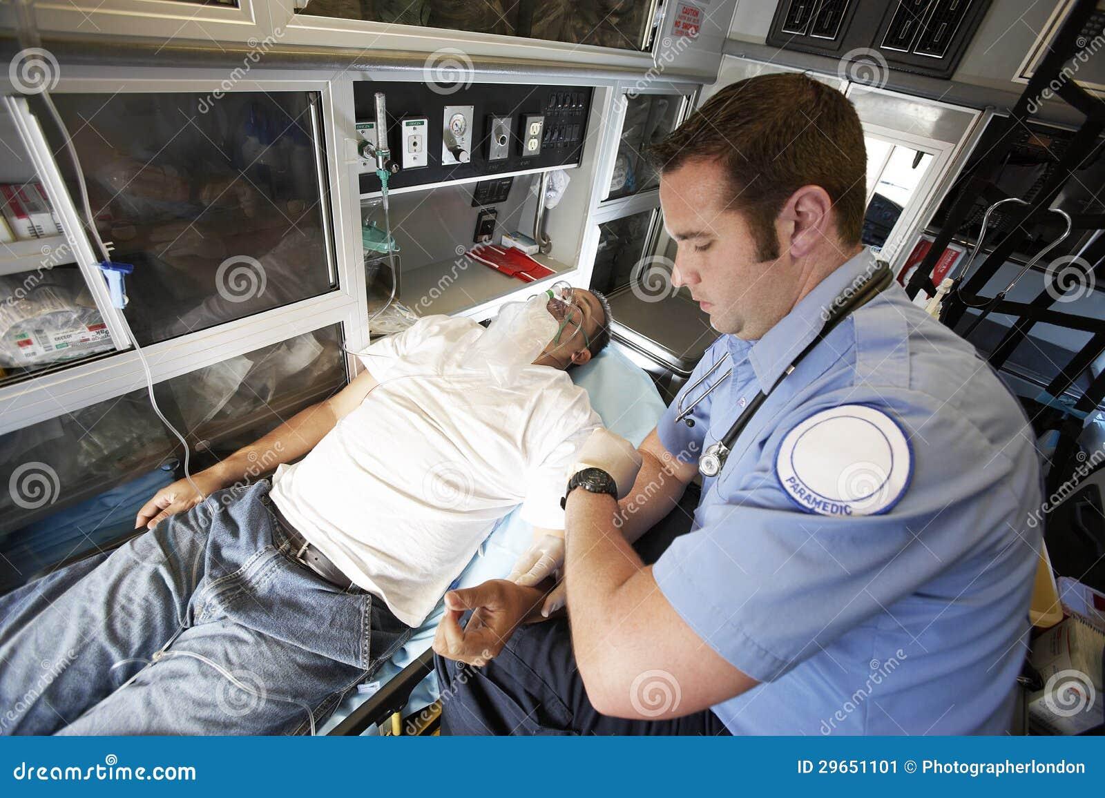 EMT Professional Taking Pulse av en man