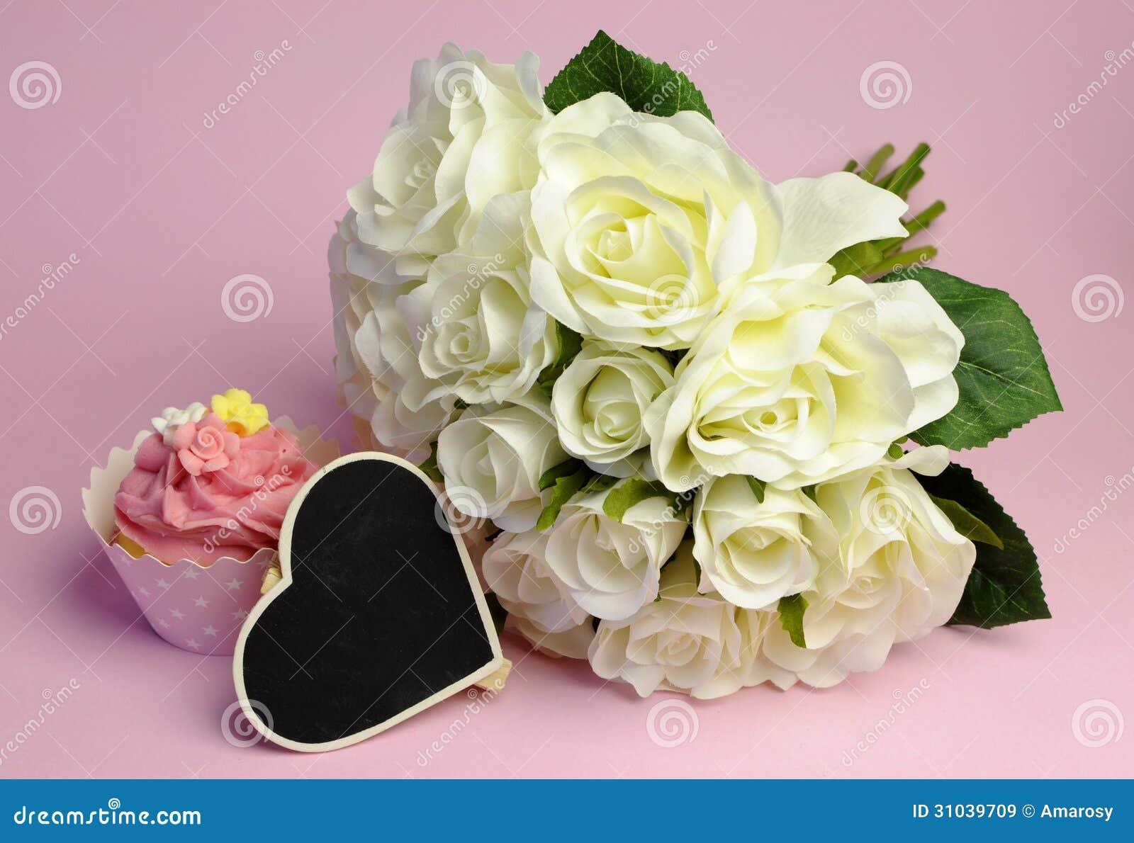 Top Épousant Le Bouquet De Roses Blanches Avec Le Petit Gâteau Rose Et  RG48
