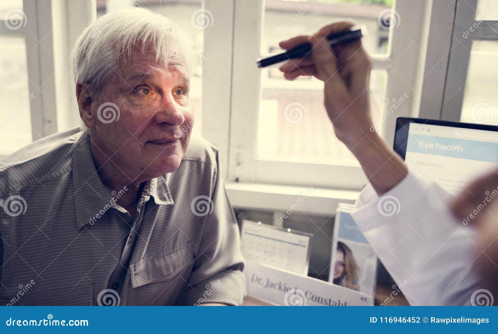 En äldre tålmodig mötedoktor på sjukhuset