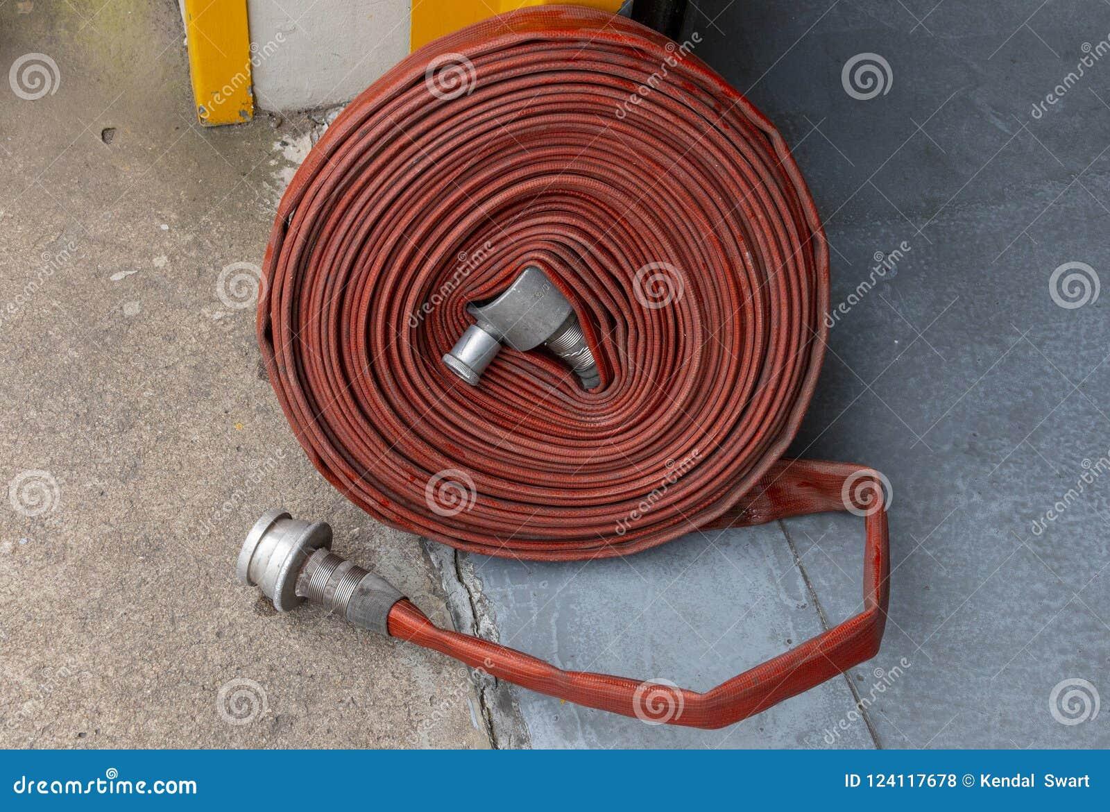 En övre sikt för slut av en hoprullad brandvattenslang
