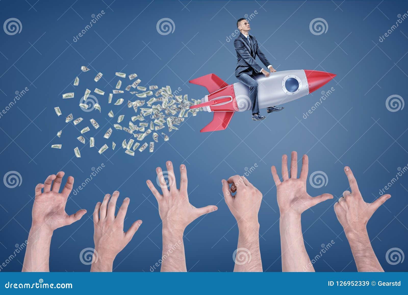 En affärsman flyger sammanträde på en raket som lämnar en svans av pengar med många jätte- händer som försöker att fånga den