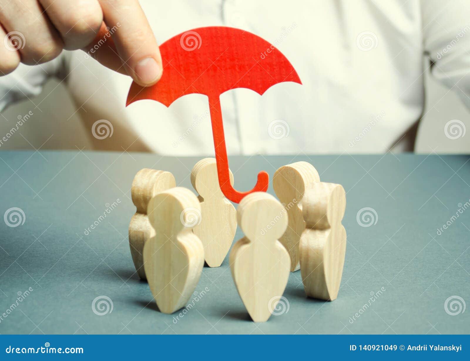 En affärsman skyddar hans lag Försäkring och finansiering av starter och affärsprojekt Finansiell och laglig hjälp