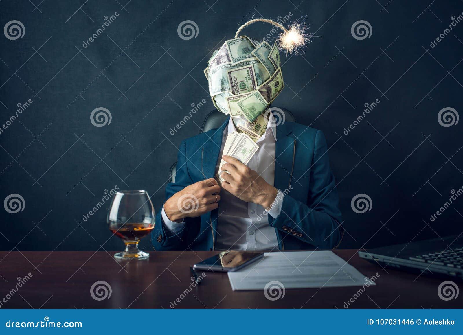 En affärsman som sätter pengar i hans fack med en bombardera i form av räkningar för en bolldollar i stället för hans huvud