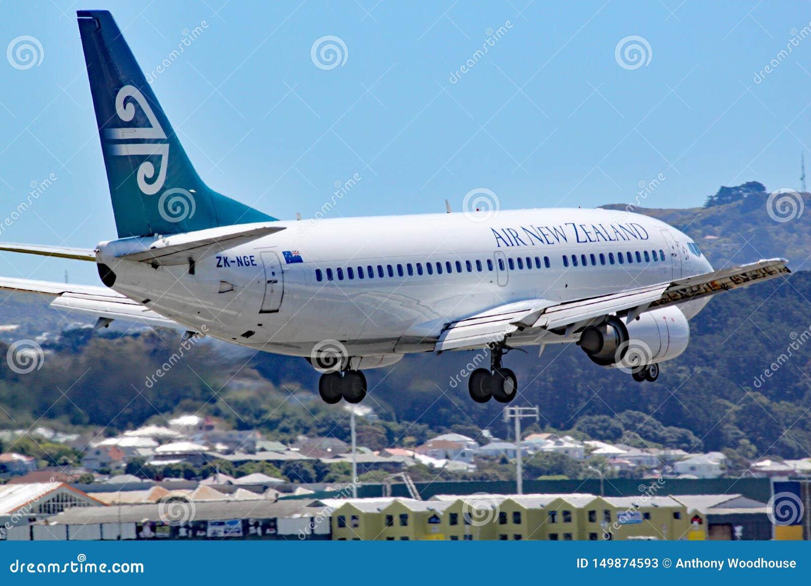 En Air New Zealand Boeing 737-3U3 kommer in att landa på gummistövelflygplatsen, Nya Zeeland Detta flygplan har därpå lämnat