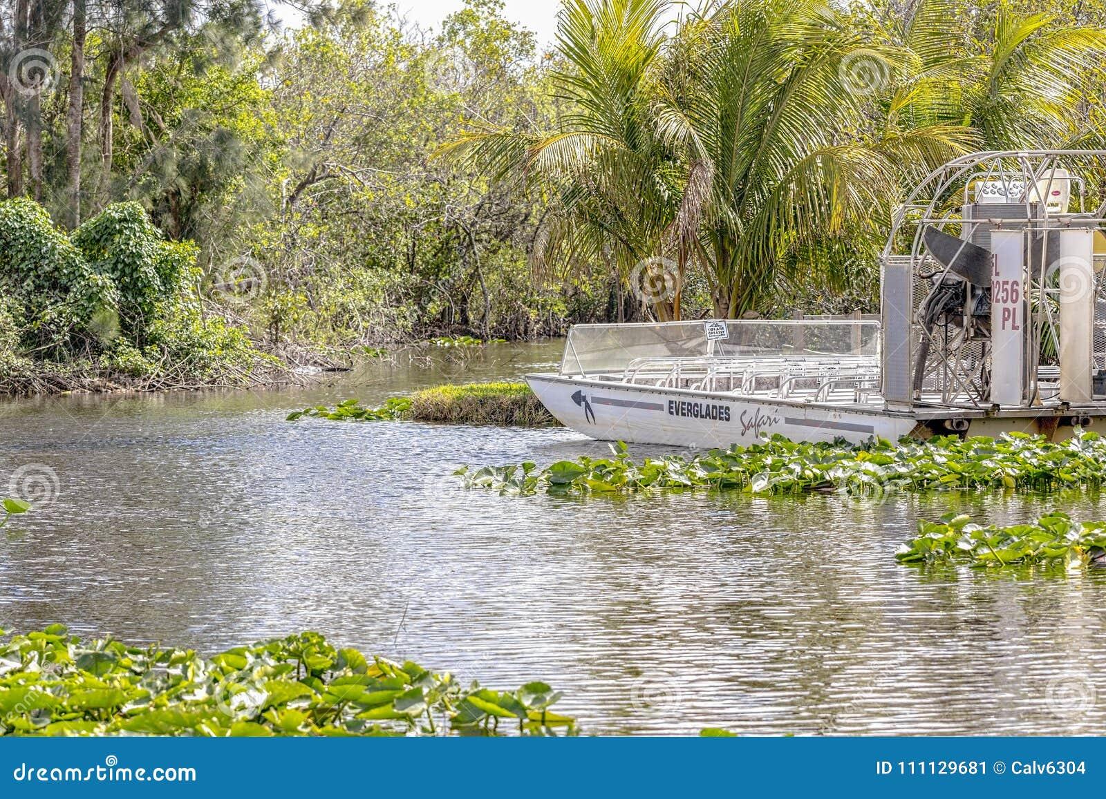 En airboat som är klar för en turnera i Evergladesnationalparken i Florida, USA