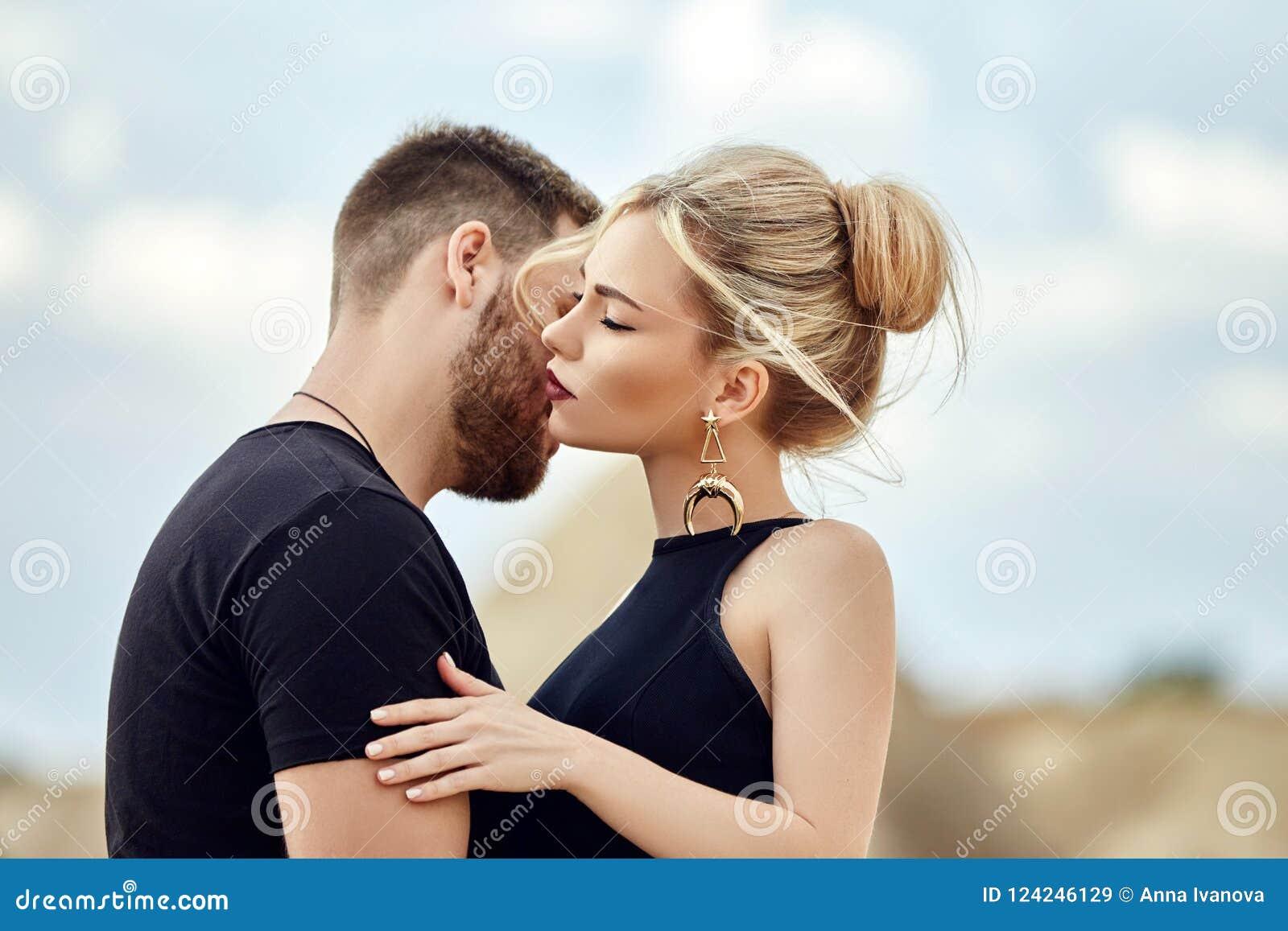 En amor el par del este en montañas de Cappadocia abraza y los besos Amor y emociones que aman los pares vacationing en Turquía p