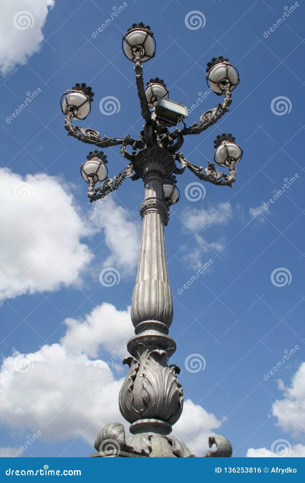 En antik skulptur på en sockel