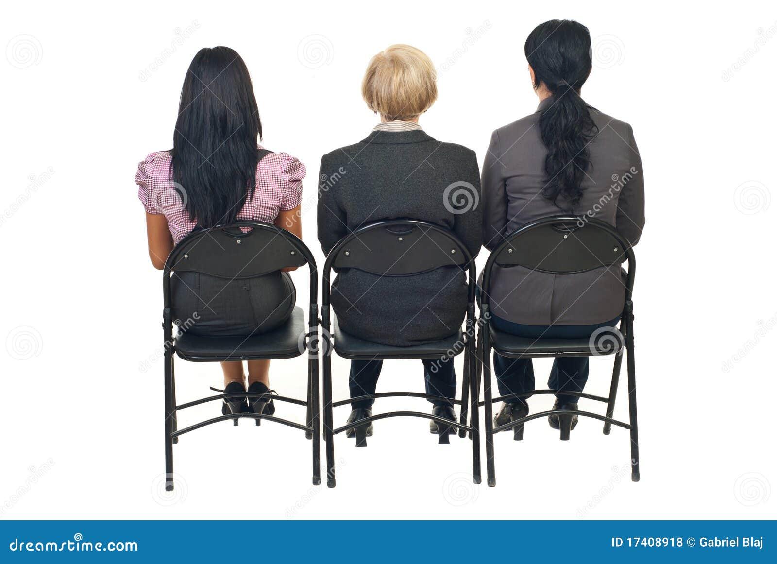 En arrière de trois femmes à la présentation