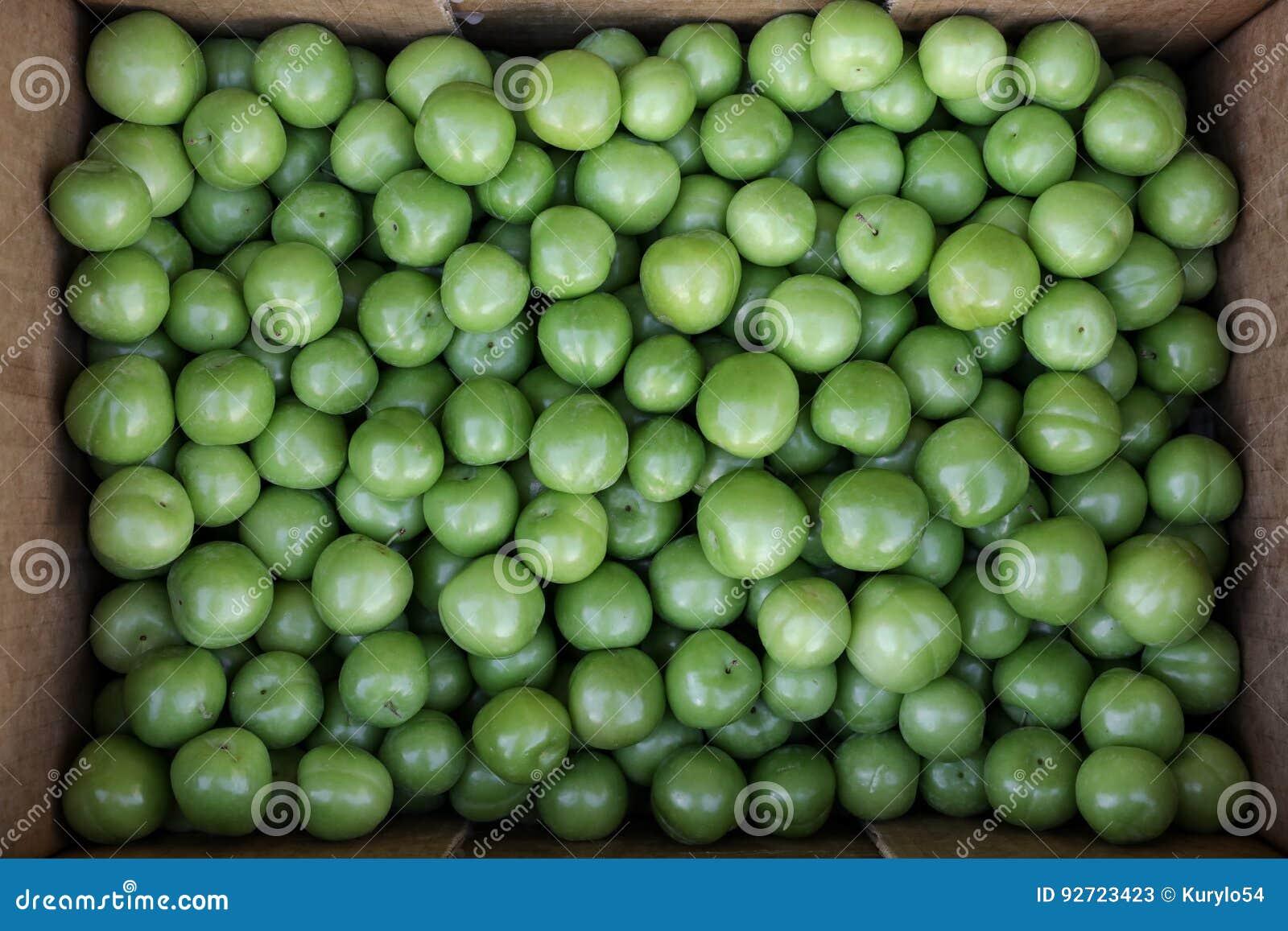 En ask av frukter för renkloplommoner som är till salu i en grönsak, shoppar