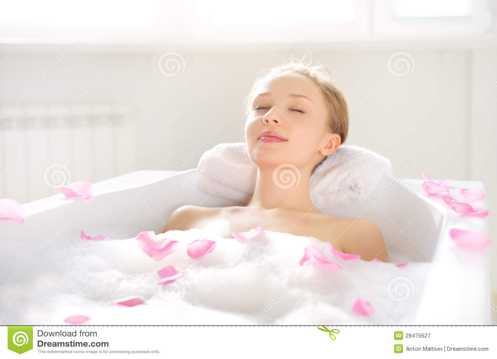 En attraktiv flicka som kopplar av i bad
