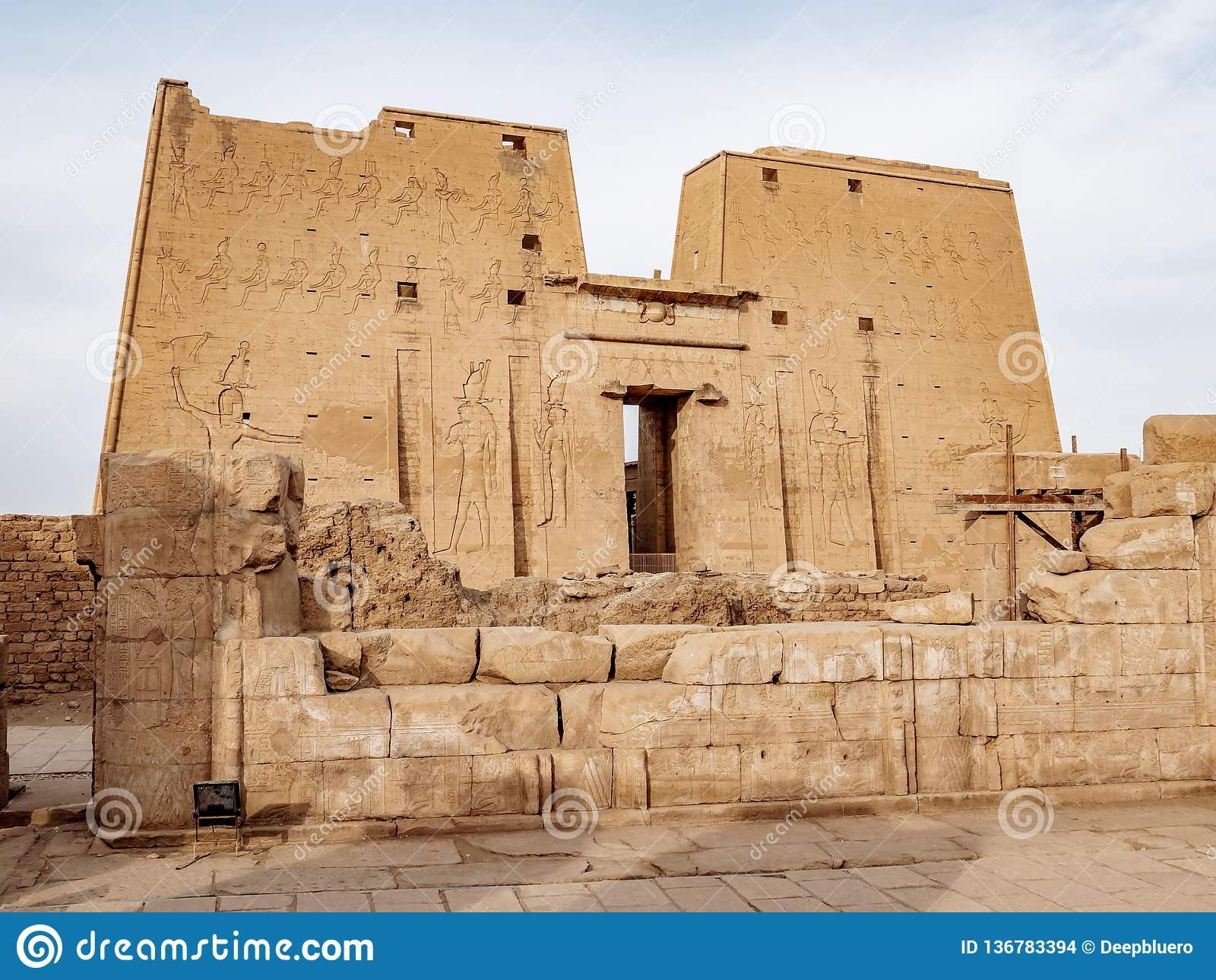En av brunnen bevarade forntida templen i Egypten den Edfu templet av Horus återstår mest en viktig dragning för turister
