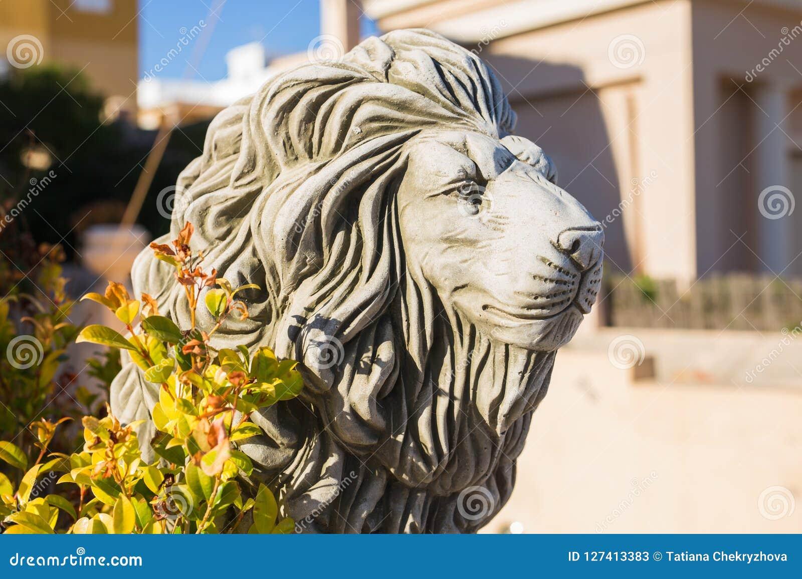 En av relikskrinerna Marmorskulptur av ett lejon på sockel