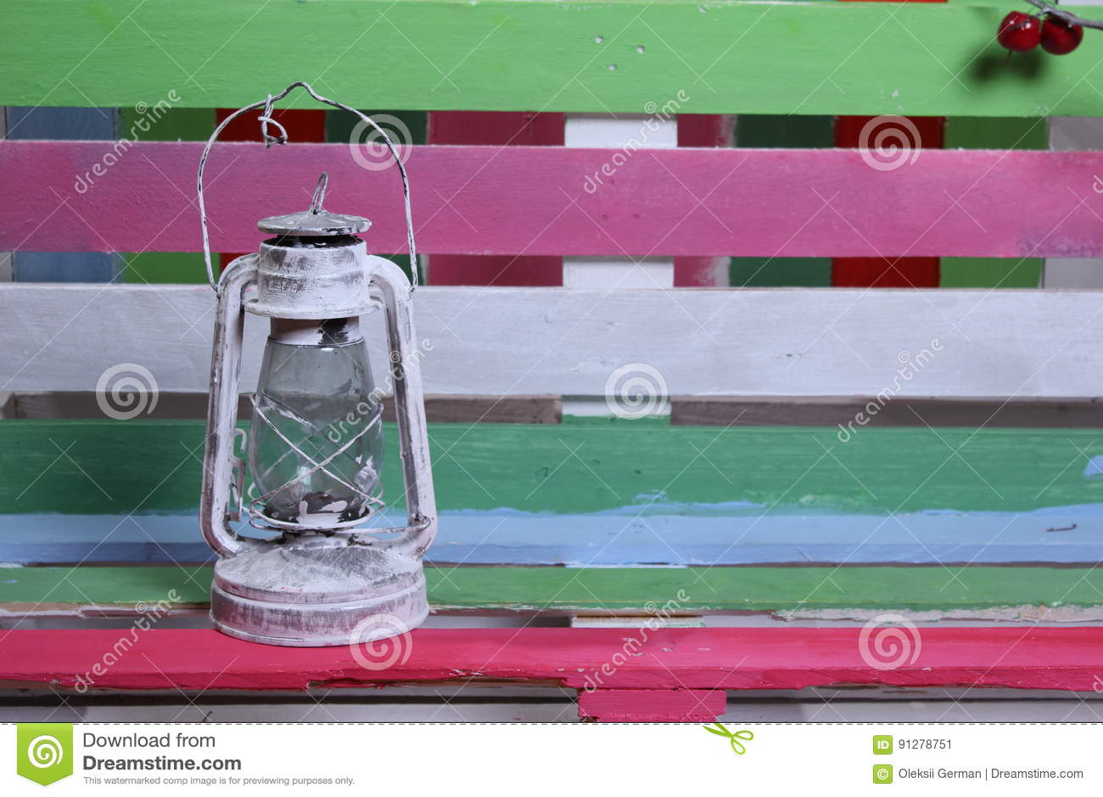 En bänk och en bakgrund av olika färger