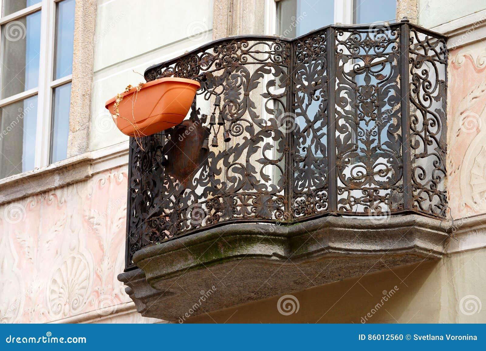 En balkong i ett europeiskt hus