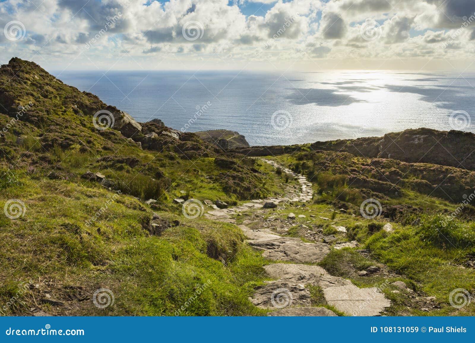En bana längs klippan av Slibh Liag, Co Donegal