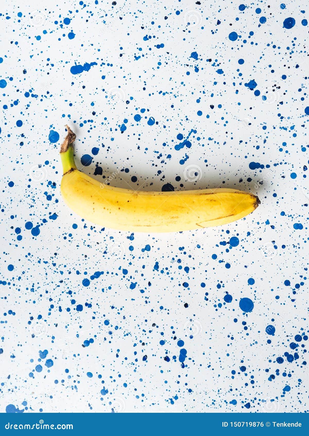 En banan som l?gger p? den vita abstrakta bakgrunden