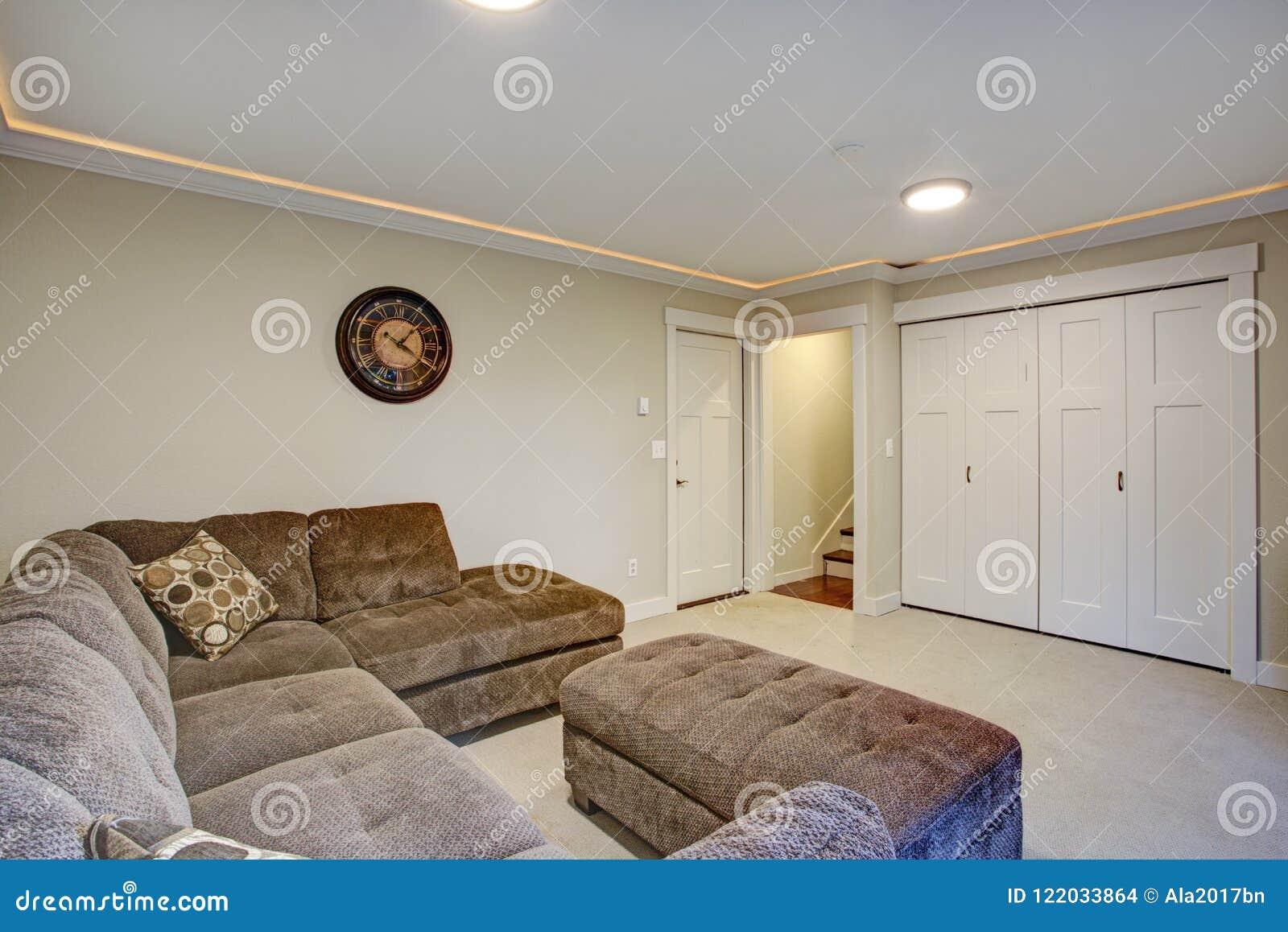 En bas salon avec le grand sofa faisant le coin