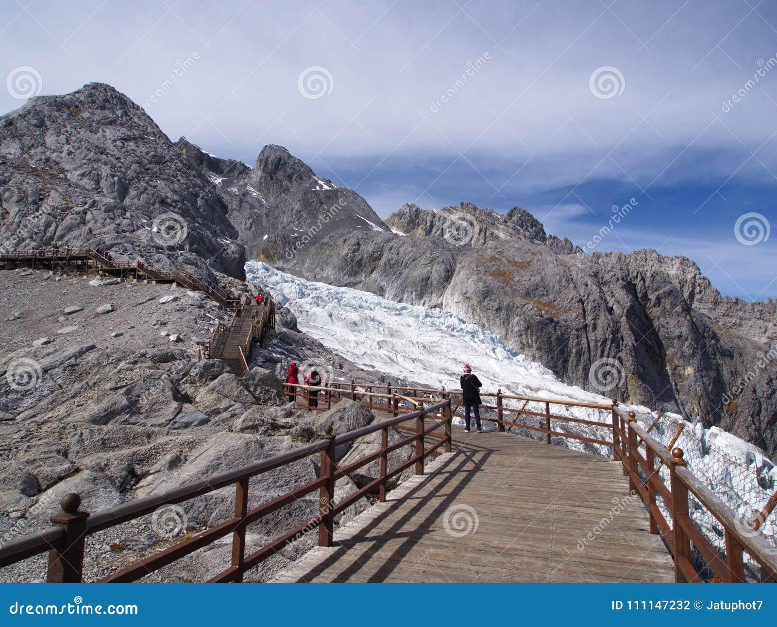En bedöva sikt av Jade Dragon Snow Mountain i Lijiang Yunnan P