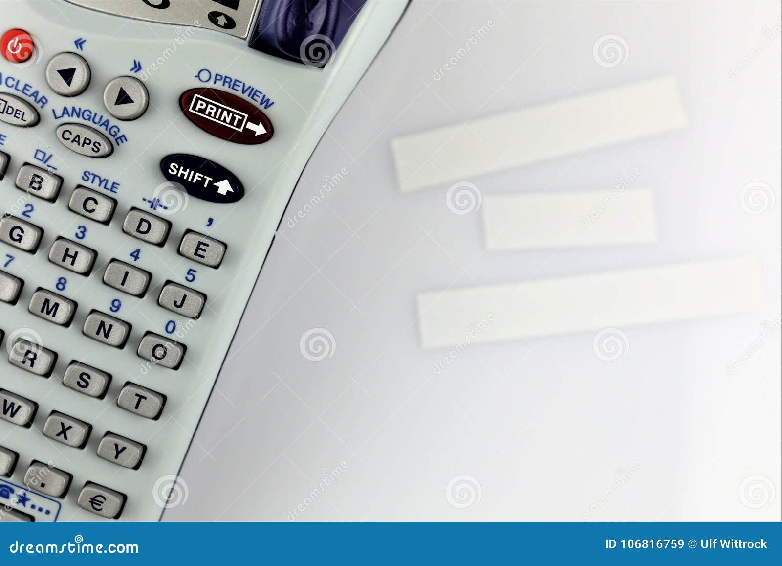 En begreppsbild av handetiketttillverkaren med kopieringsutrymme