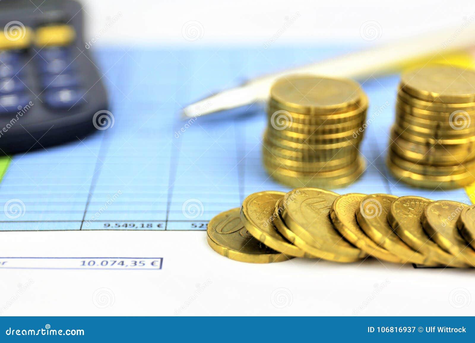 En begreppsbild av pengar, räknemaskin, penna