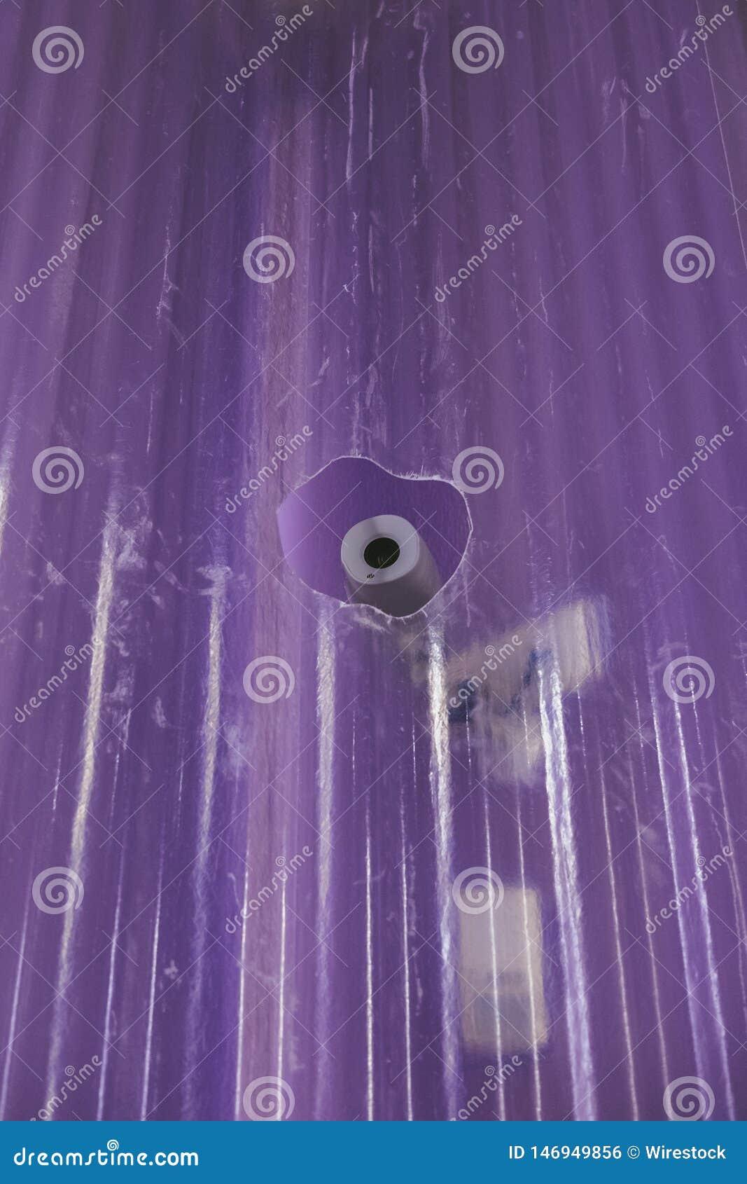 En bevakningkamera till och med ett hål i en glasvägg