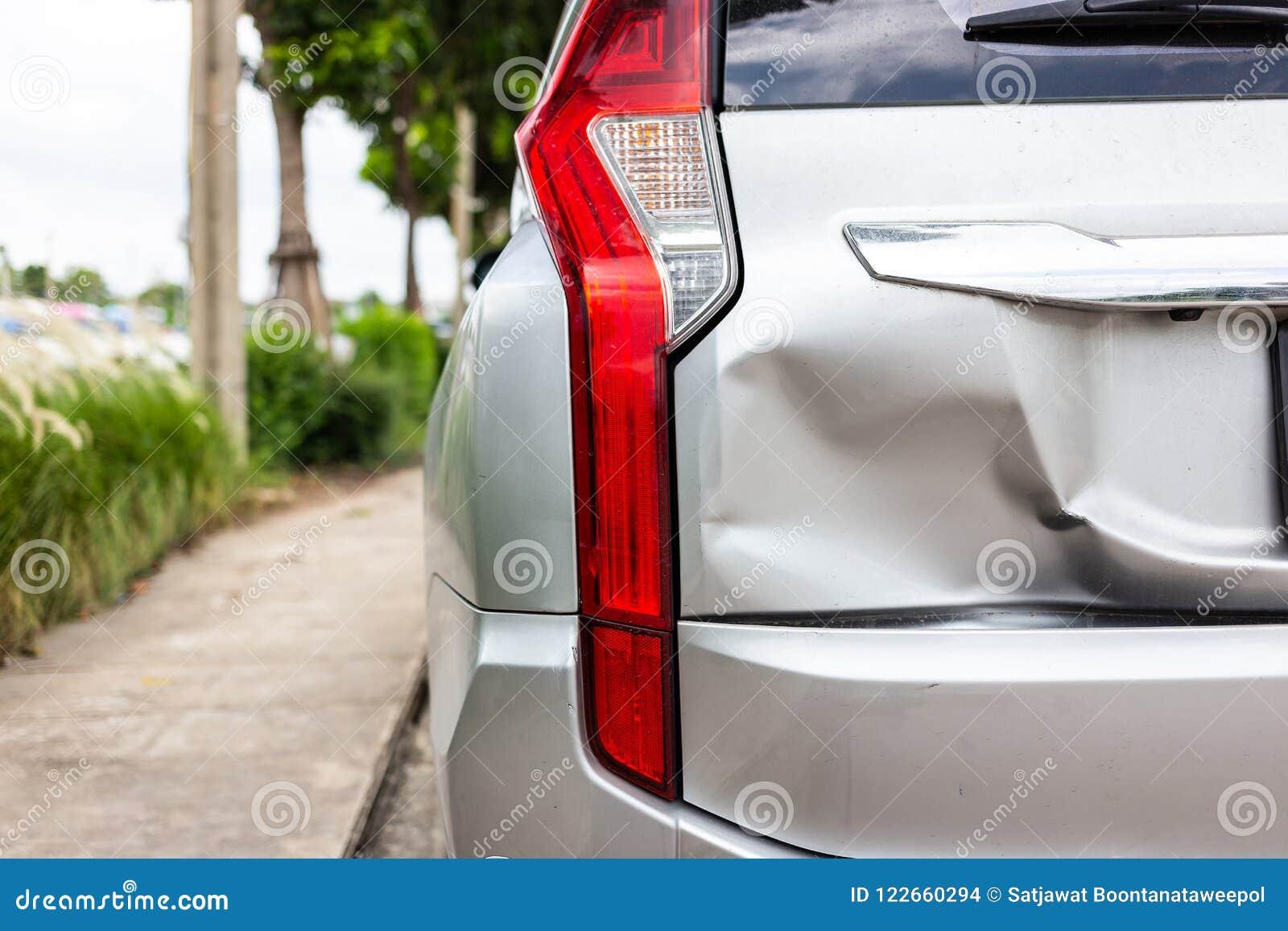 En bil har en bucklig bakre stötdämpare efter en olycka, bak av nytt