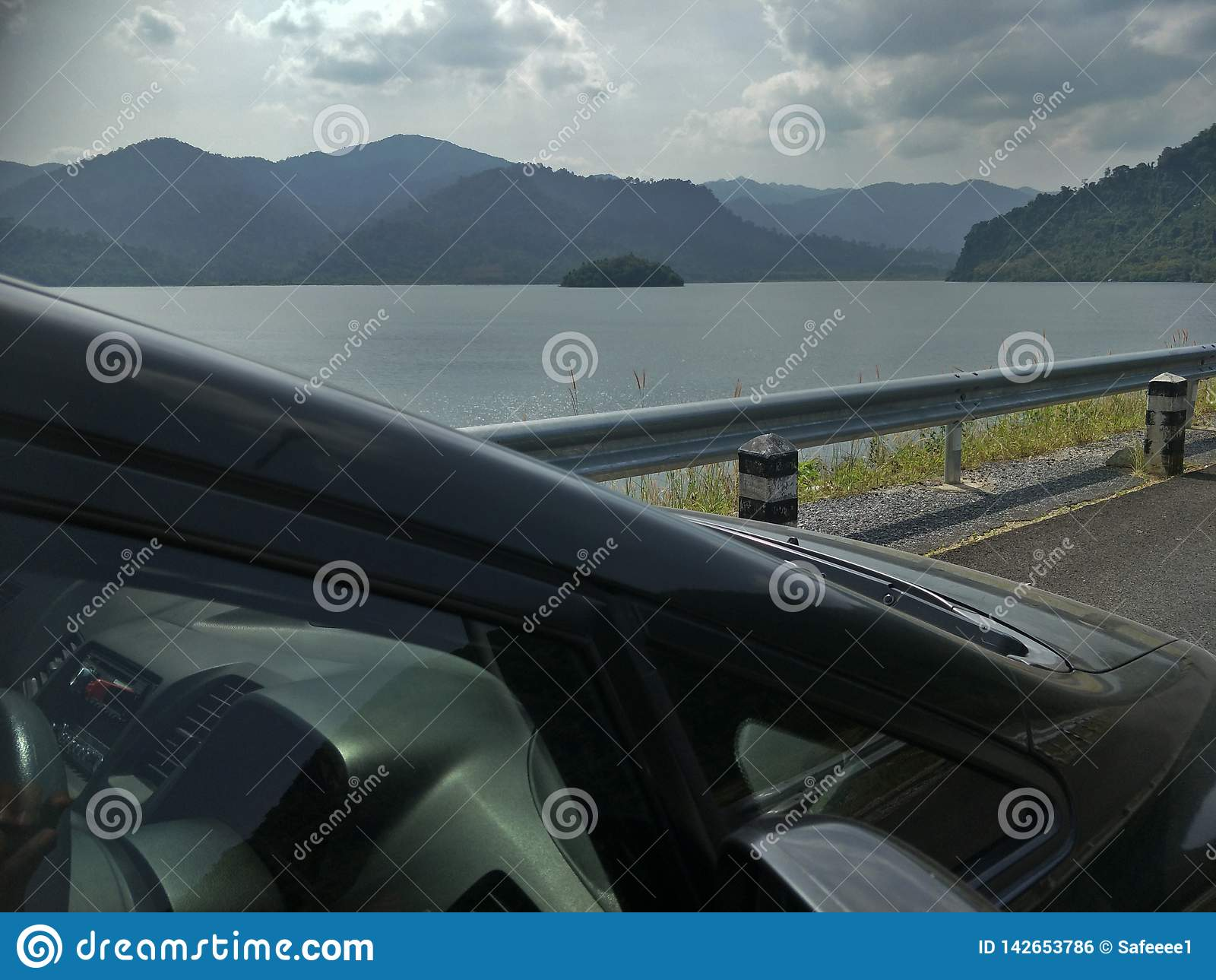 En bil på fördämningen
