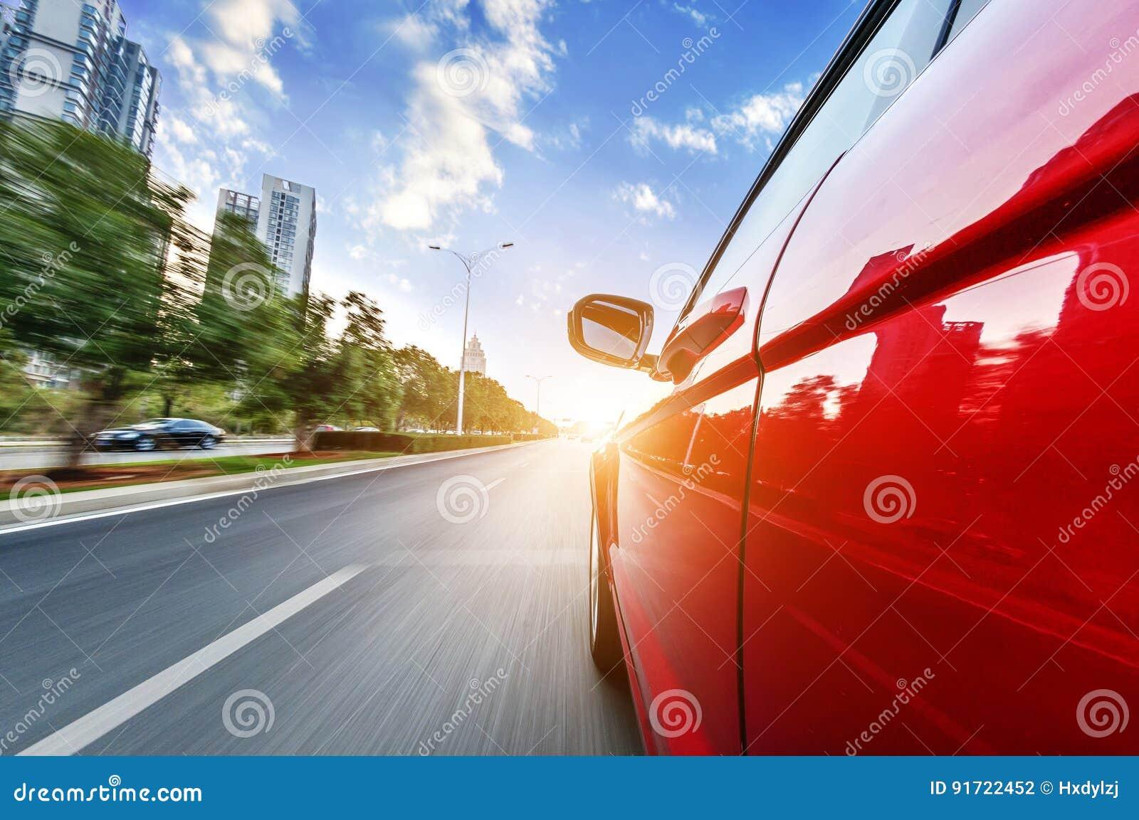 En bilkörning på en motorway på höga hastigheter
