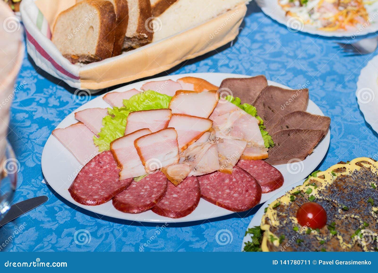En blandning av skivat kött, korv och skinka, ställde in restaurangtabellen