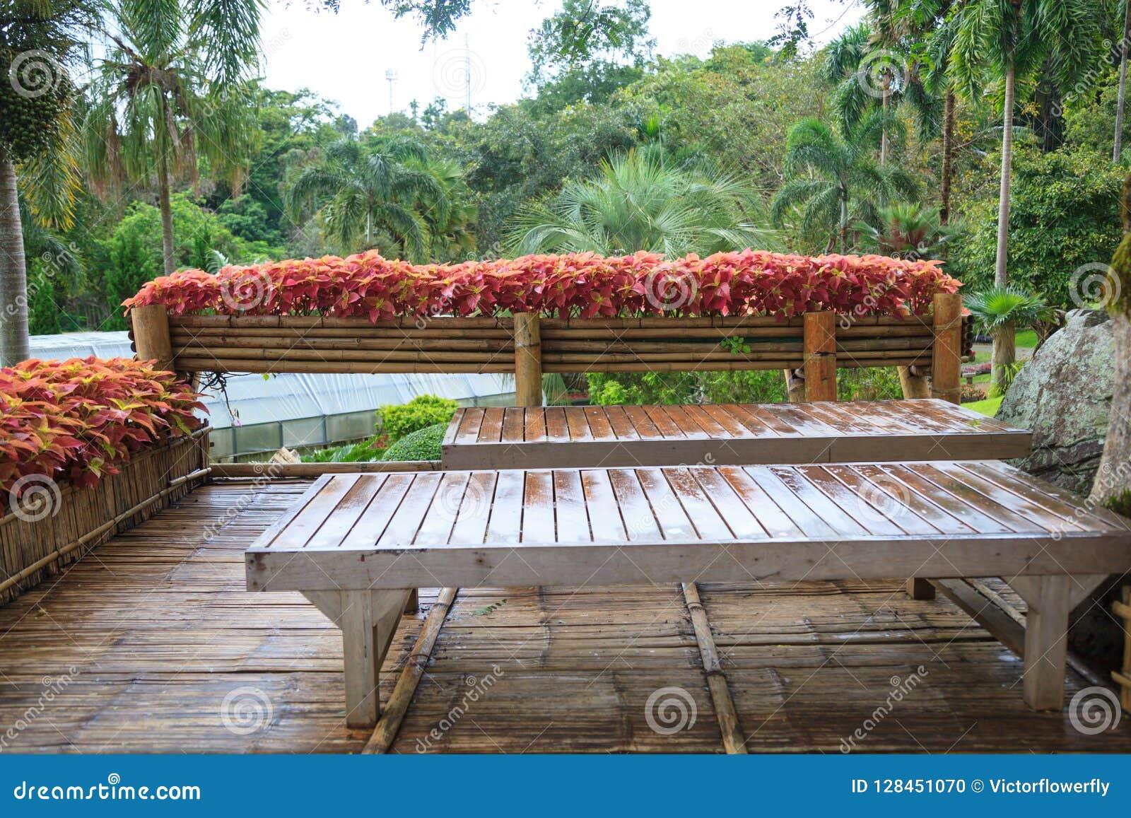 En Bois En Bambou De Jardin Rural Tropical De Maison Sur La Terrasse ...