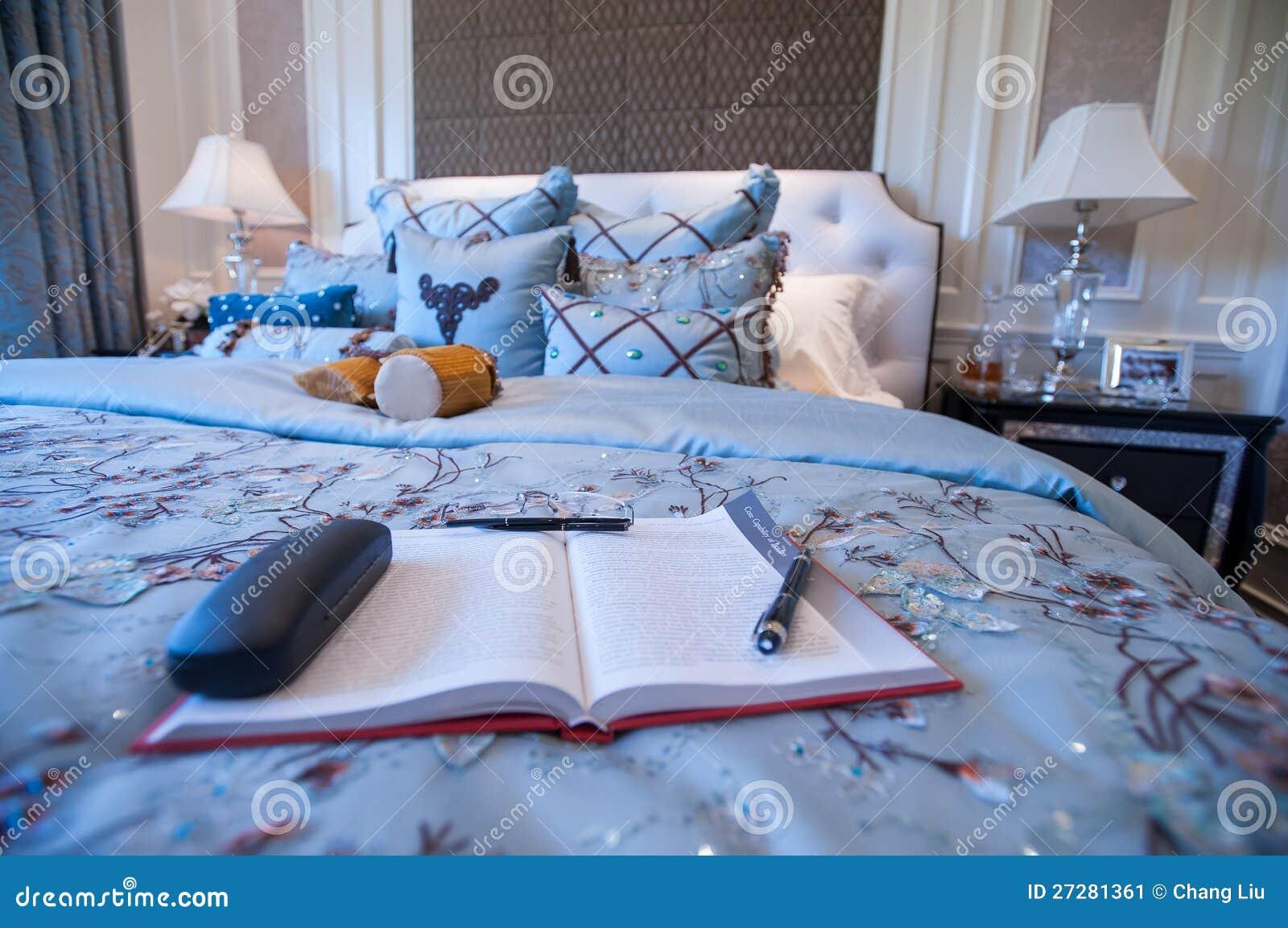 En bok i ett blått sovrum i en herrgård
