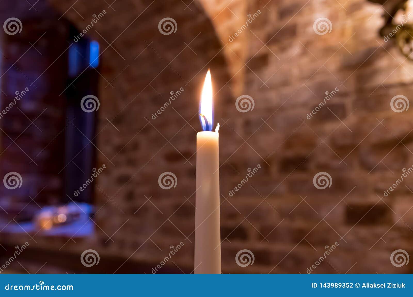 En brinnande stearinljus i slotten