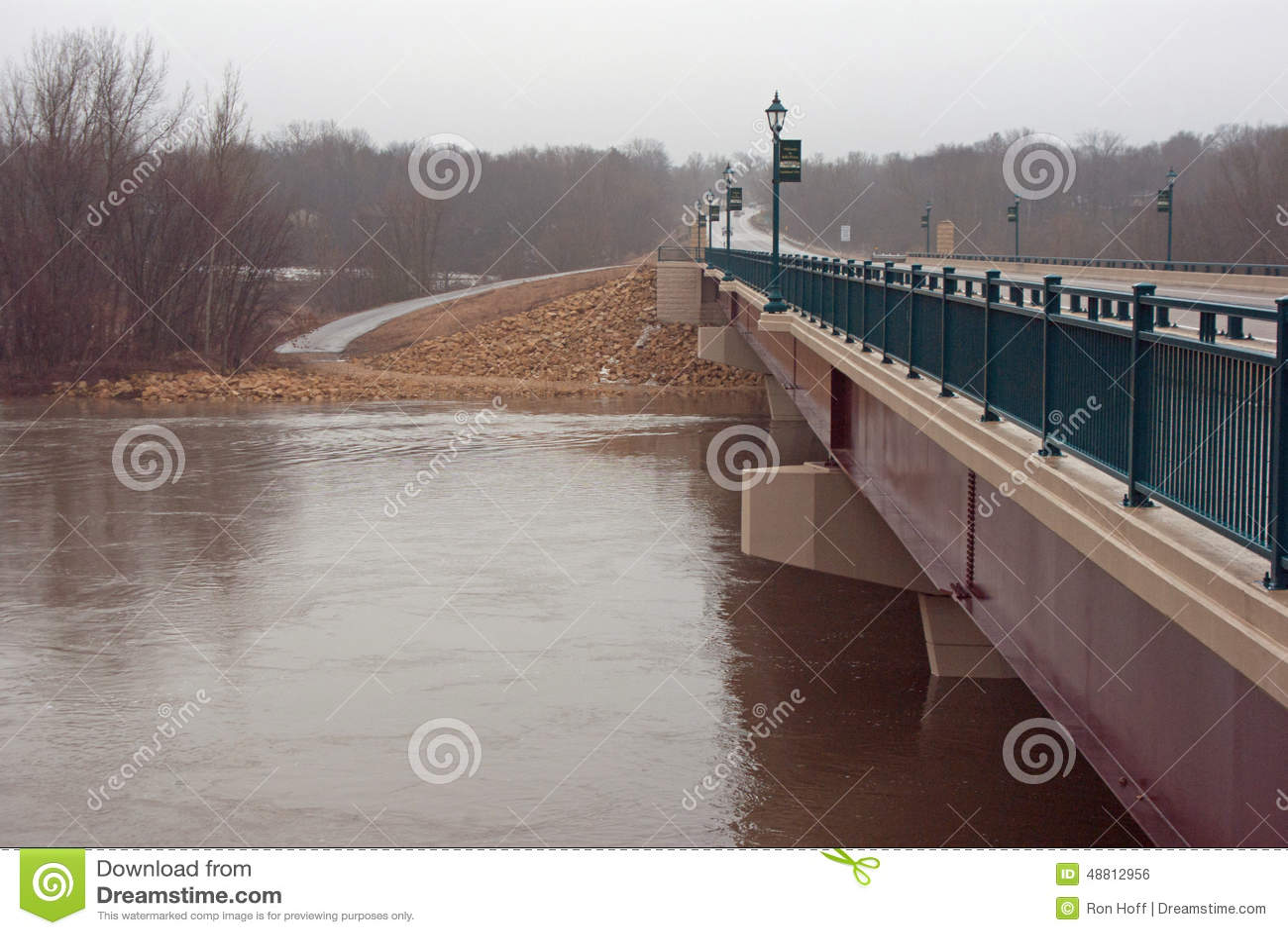 En bro över den Minnesota floden på flodetappen