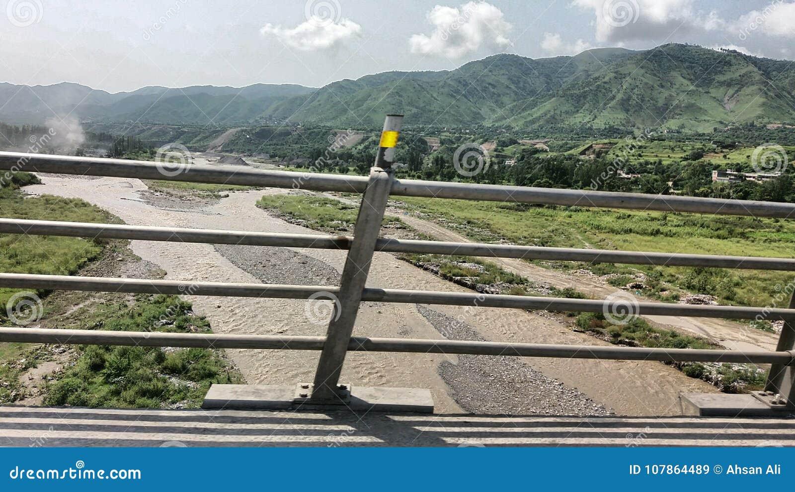En bro i Abottabad, Haripur sida med flödande vatten