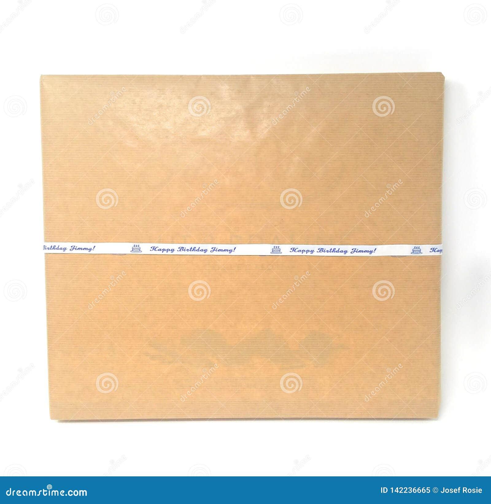 En brunt emballerad med en etikett som säger dyrken för lycklig födelsedag i blått