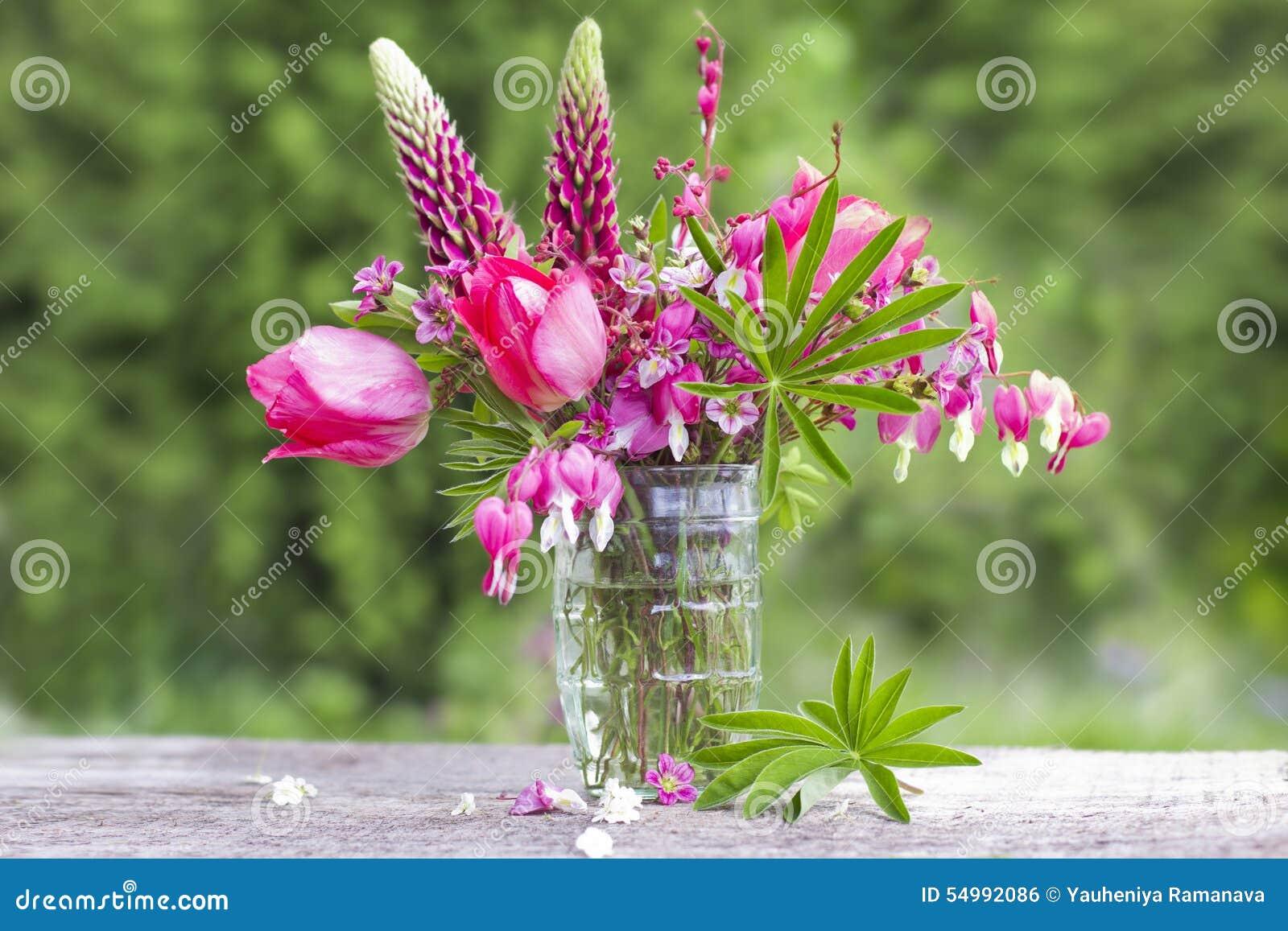 En bukett av härliga blommor av rött på gör grön trädgårds- backgrou