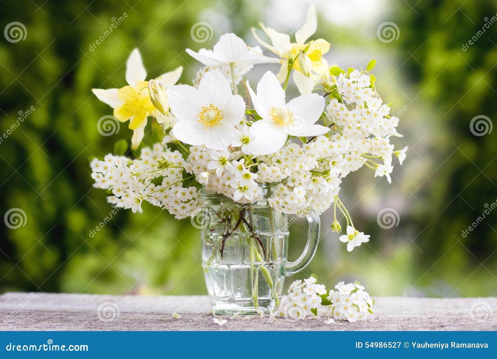 En bukett av härliga blommor mot gör grön trädgård 1