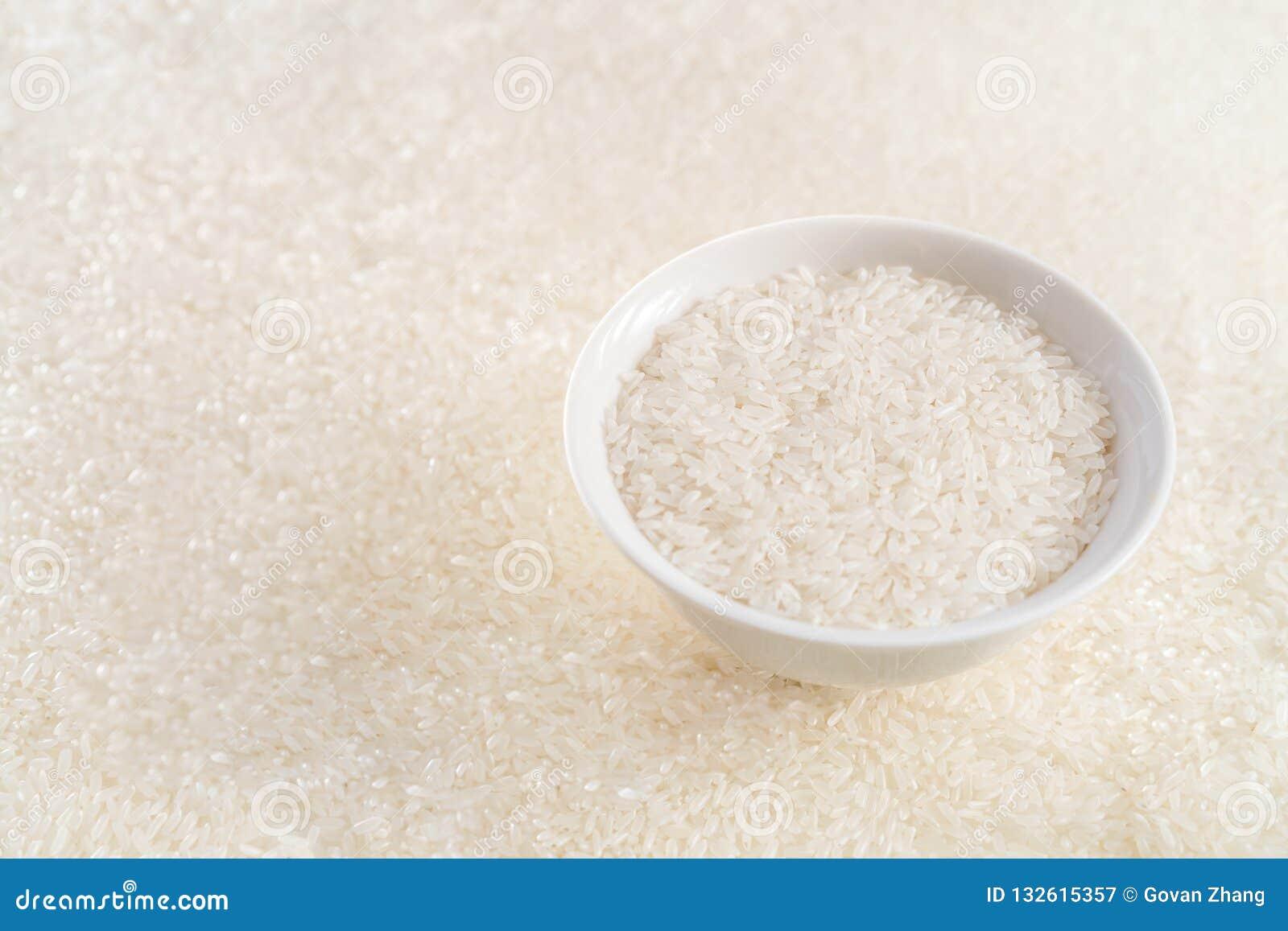 En bunke av ris med risöron i bakgrunden