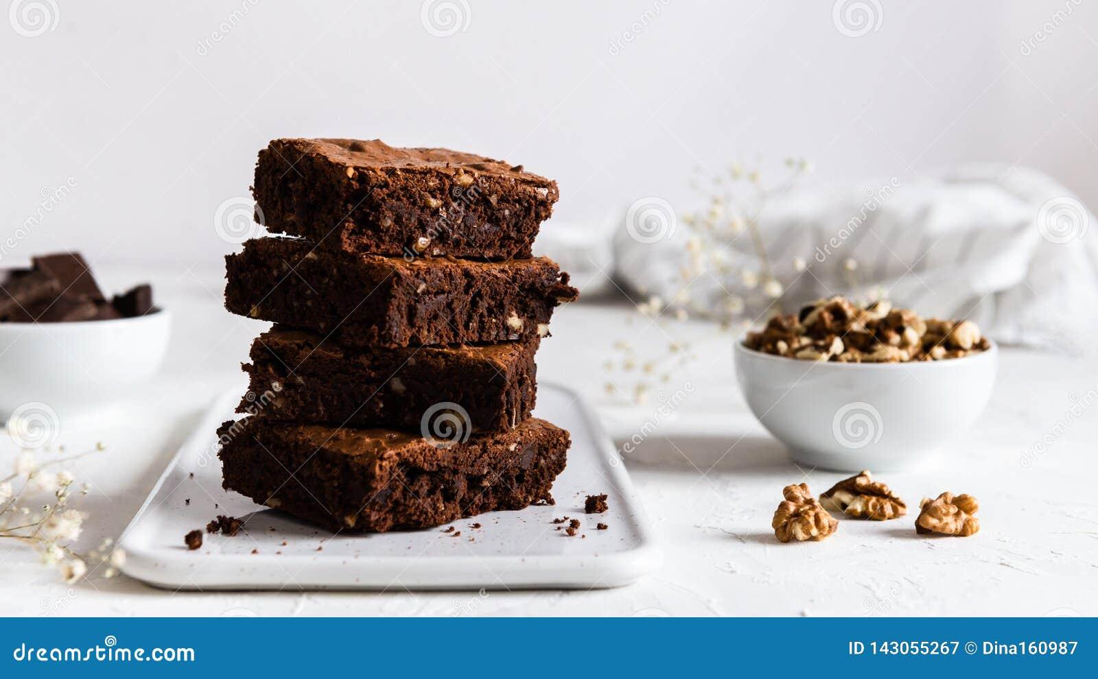 En bunt av chokladnissen på vit bakgrund, hemlagat bageri och efterrätten Bageri konfektbegrepp Sidosikt, kopia