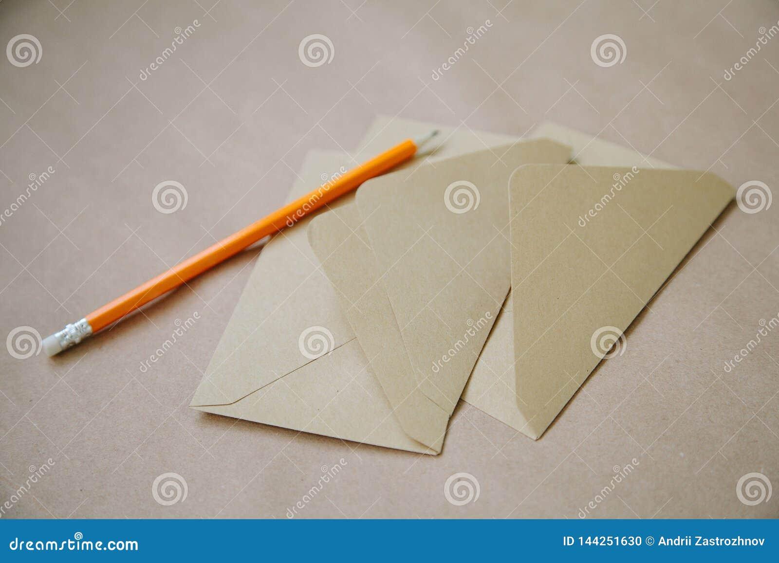 En bunt av tappningkuvert med en gul blyertspenna