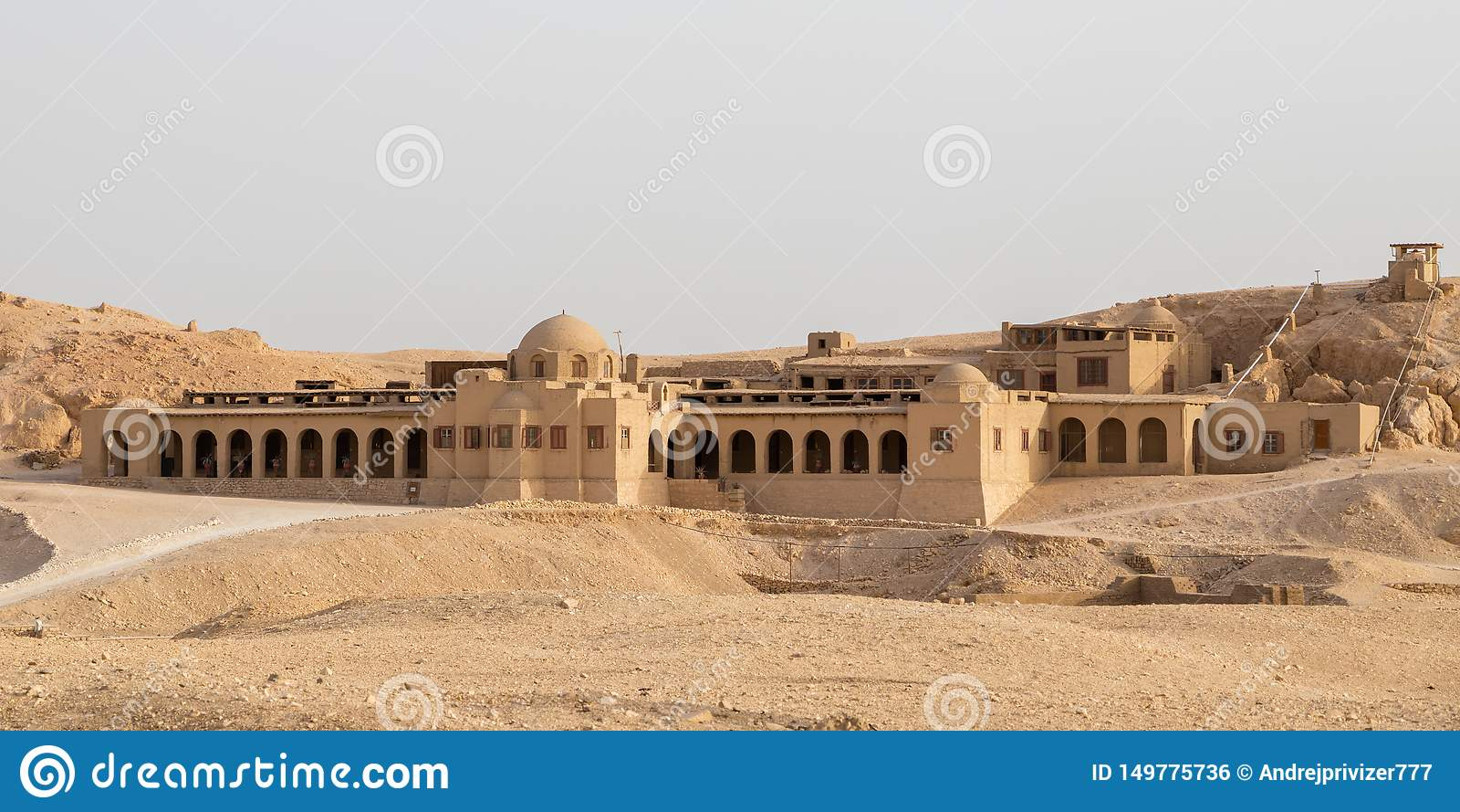 En byggnad nära den Hatshepsut templet i Luxor