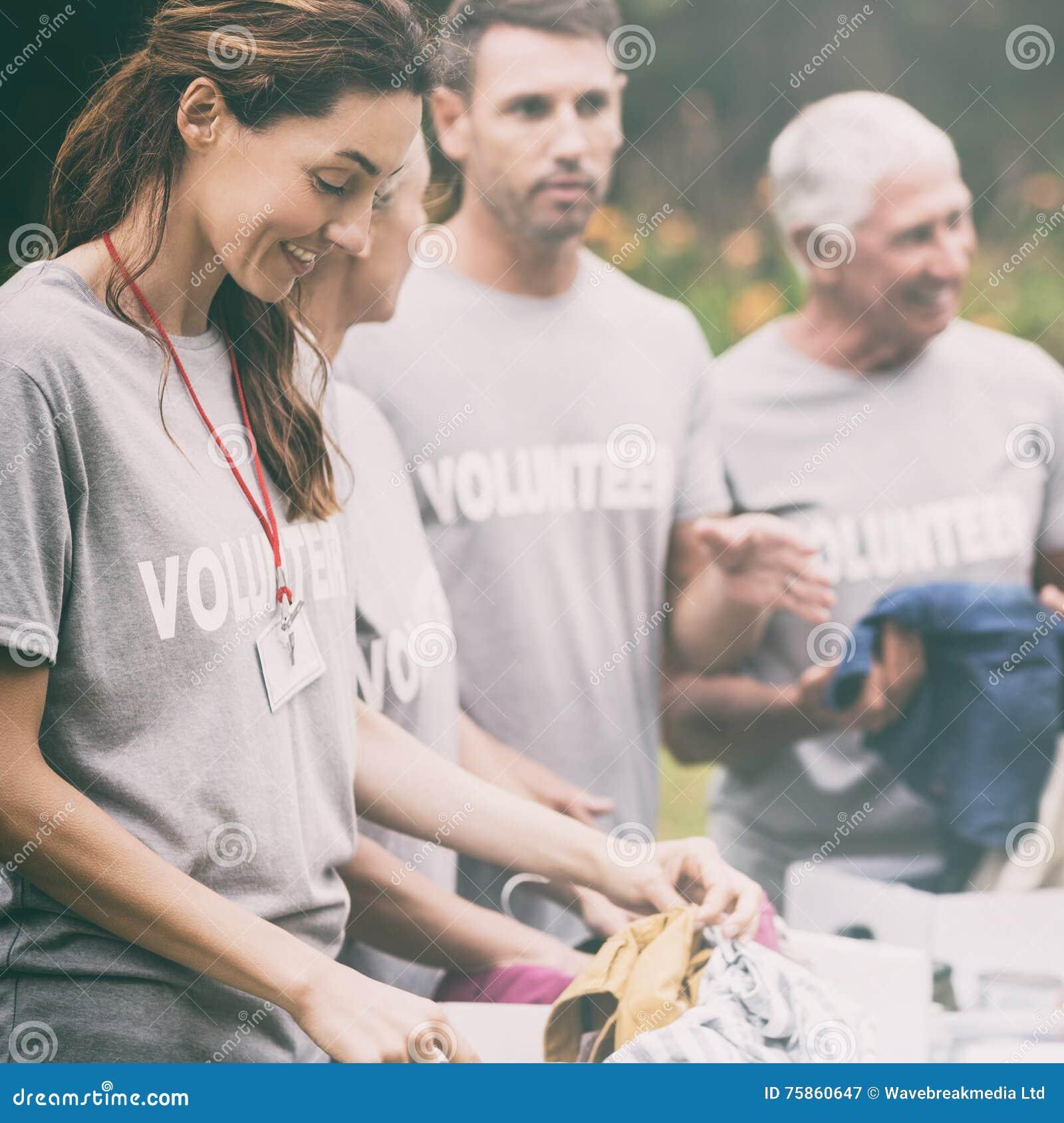 En caja de mirada voluntaria feliz de la donación