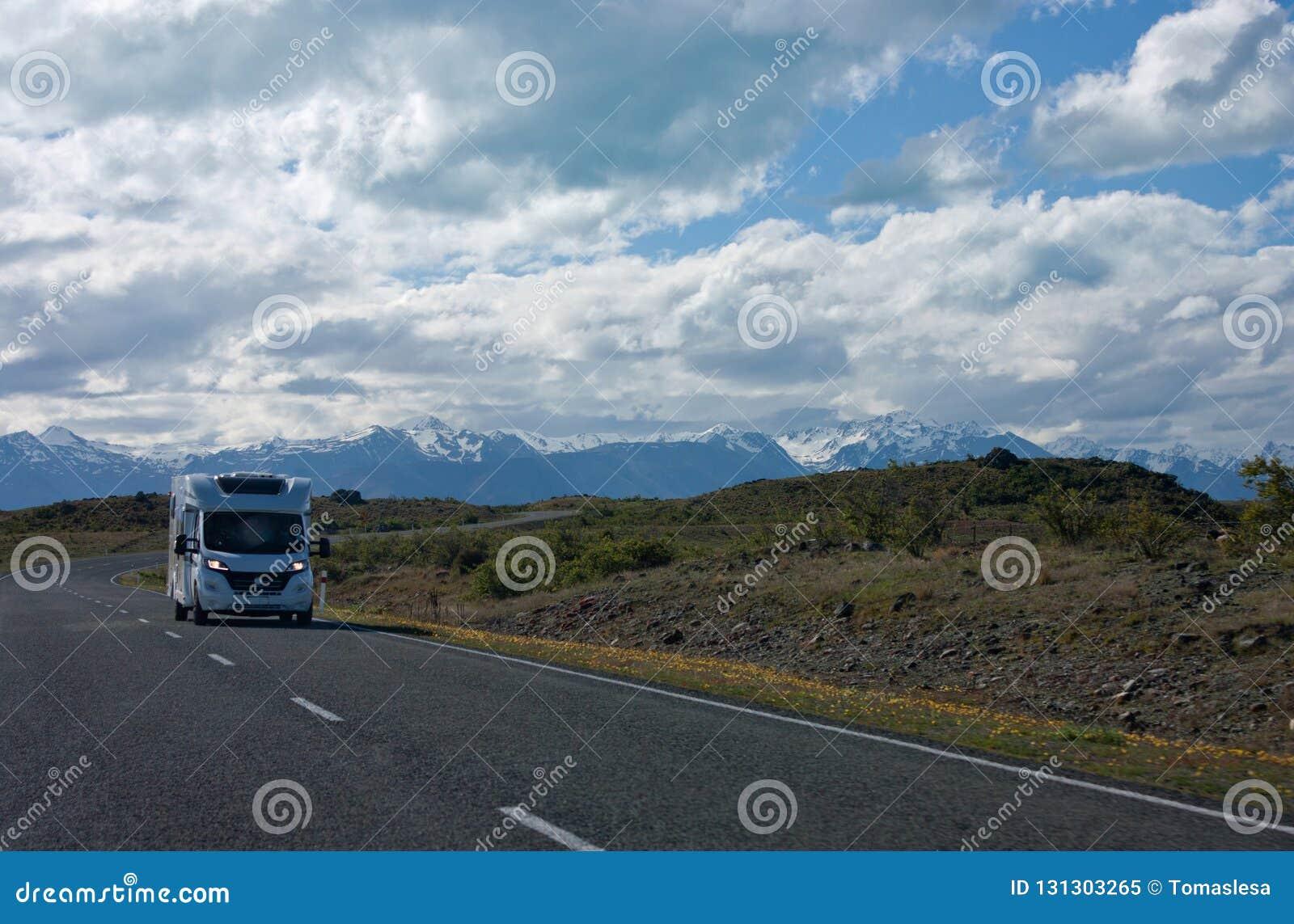 En campervan körning på vägen i Nya Zeeland